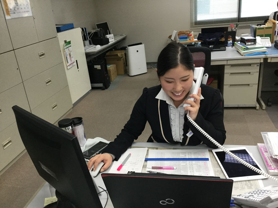 電話での予約受付や問い合わせに対応します。