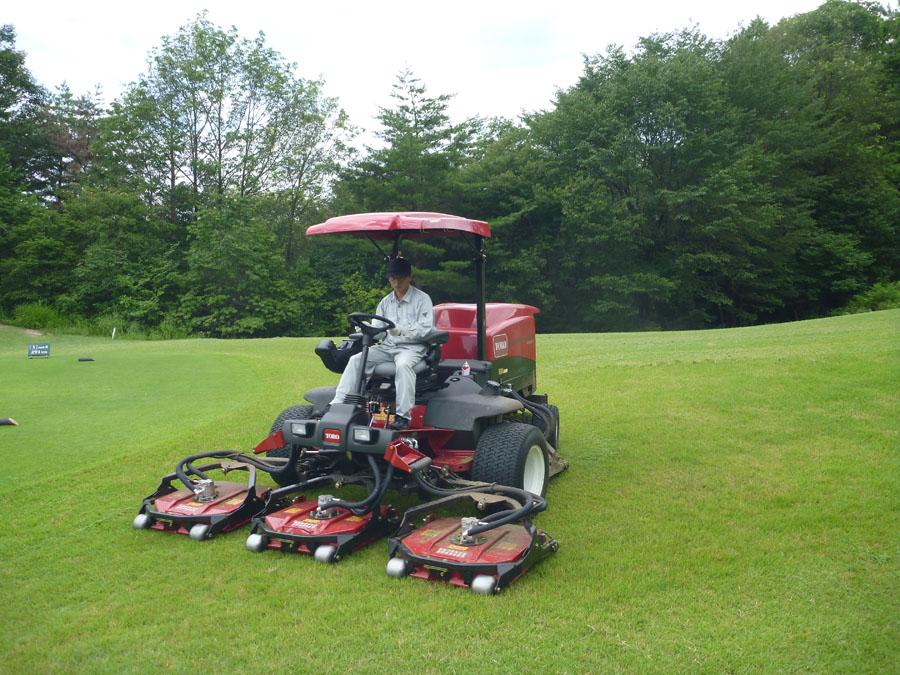 芝刈り専用機を運転・操作してゴルフコースの芝を整備していきます。